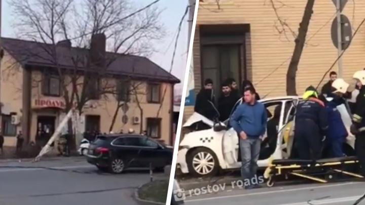 В Ростове таксист протаранил столб: есть раненые