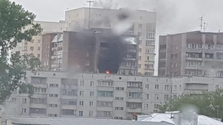 В Дзержинском районе горит квартира — из подъезда эвакуируют жильцов
