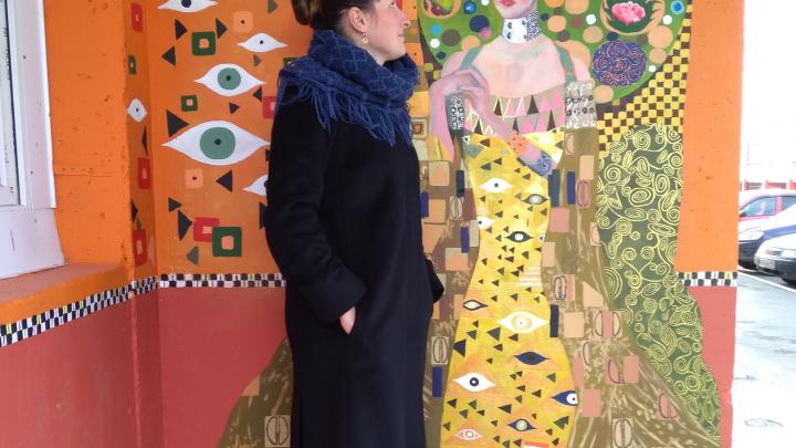 В Челябинске подъезд обычной десятиэтажки превратили в произведение искусства