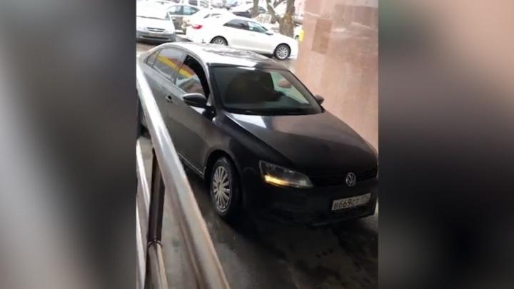 Разгружал машину: председатель челябинского суда прокомментировала скандал с её водителем