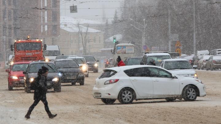 Нечищенные улицы и автомобильные заторы: Уфу завалило снегом