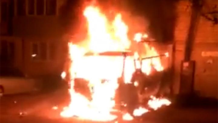 Помогали соседям оттаскивать машины: в Ленинском районе Ярославля ночью вспыхнул грузовик
