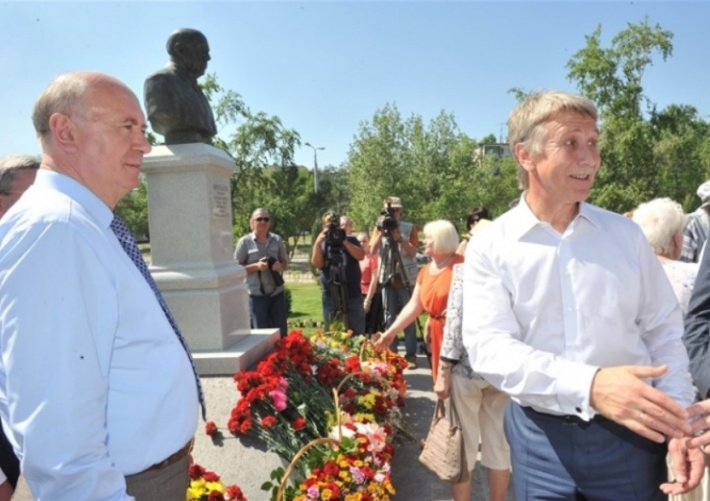 Экс-губернатор Самарской области Николай Меркушкин и Леонид Михельсон на открытии памятника отцу бизнесмена в Новокуйбышевске