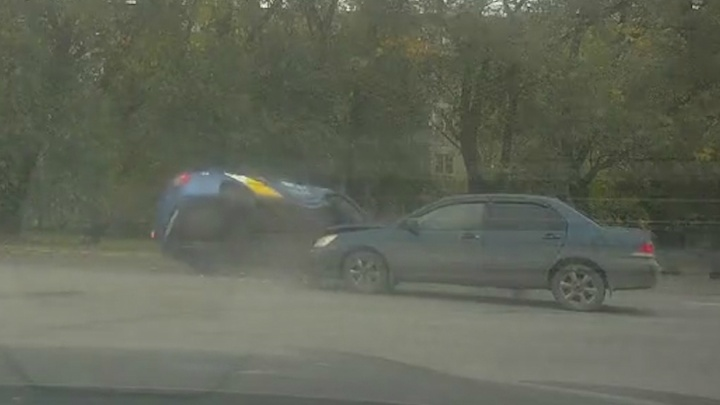 На челябинском перекрёстке после ДТП перевернулась машина «Яндекс.Такси»