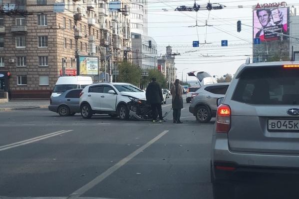 На проклятом перекрестке в центре Волгограда вновь ДТП