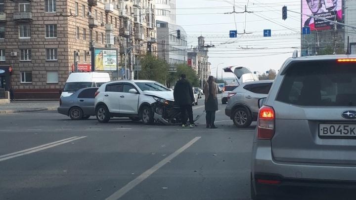 В Волгограде на проклятом перекрестке не разъехались два кроссовера