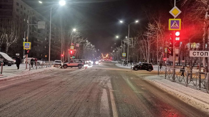 Шестилетняя девочка пострадала в утреннем ДТП на тюменском перекрестке