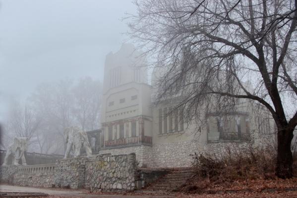 Туман придает особняку еще больше таинственности
