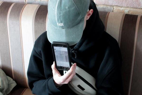 Подросток делает футболки с провокационными надписями — из-за последней коллекции к нему пришла полиция