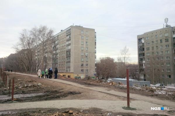 Стройплощадка захватывает значительную часть тротуара по нечётной стороне улицы Бориса Богаткова