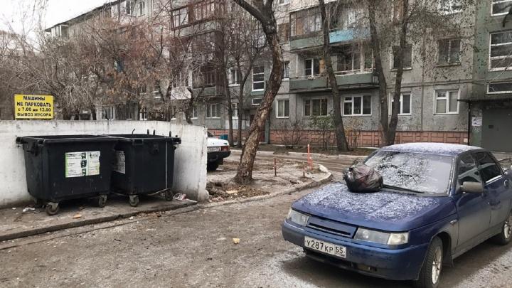 «Я паркуюсь как...»: автосвалки во дворах, «Почта России» на газоне и «инвалиды» на Биофабрике