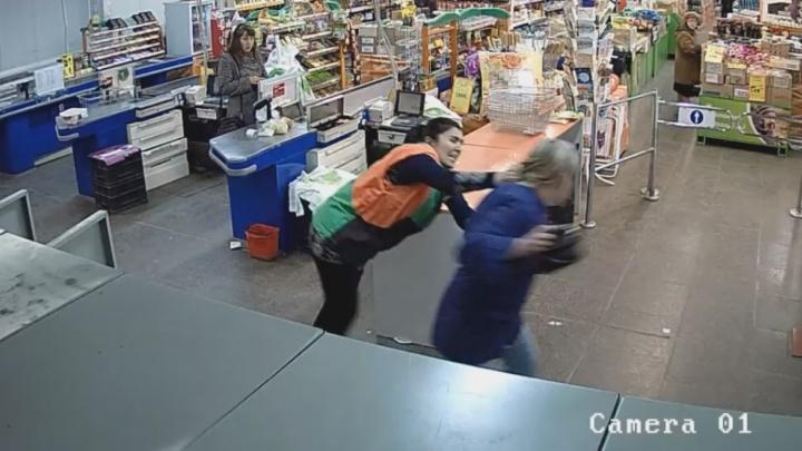 В Екатеринбурге работники магазина поймали женщину, которая пыталась стащить деньги из кассы
