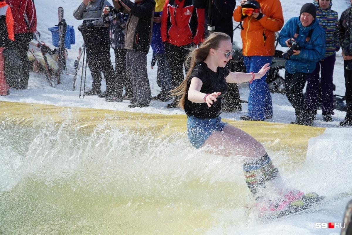 Статуя Свободы в бассейне и сотни полуголых людей: как закрыли горнолыжный сезон на Урале и в Сибири