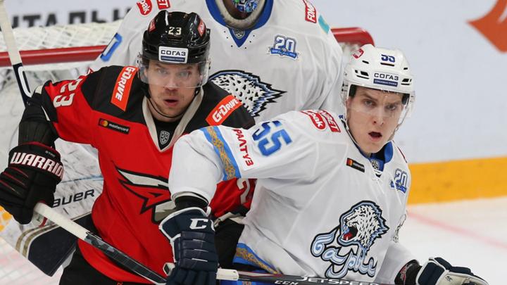 Проиграть за минуту: как хоккеисты «Авангарда» испортили себе матч двумя удалениями