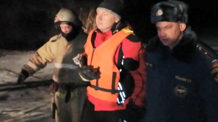 «Ясно же — экстрим»: 20 спасателей доставали из Оки молодого парня, который провалился под лёд
