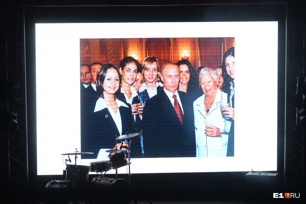 На экране появилась презентация про Глацких. На фото она с известными людьми