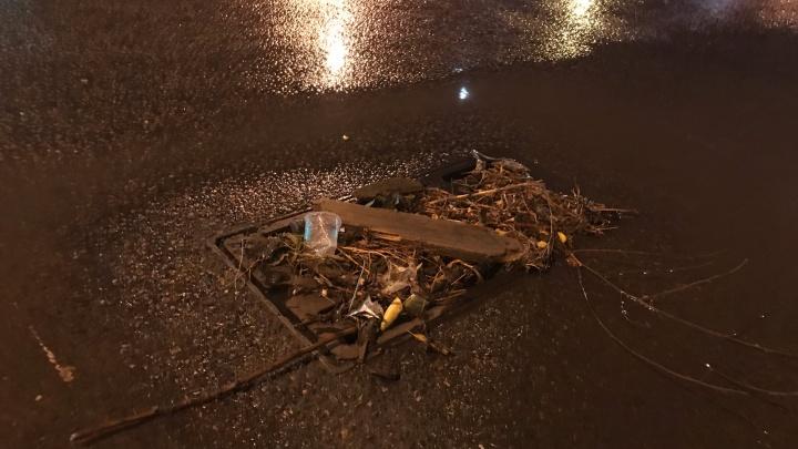 «К вопросу о том, зачем убирать мусор»: волгоградцы показали причину затопления улиц во время дождя