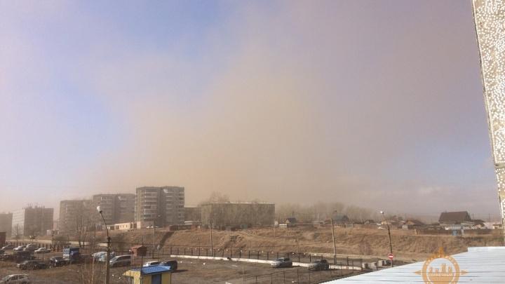 В «Солнечном» поднялась пыльная буря: роняет лавочки и ломает заборы