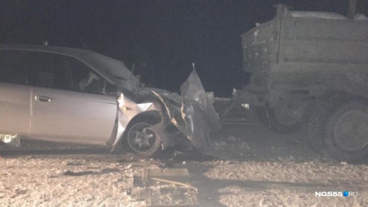 Подушка раскрылась, но не спасла: на трассе в Муромцево водитель «Тойоты» врезался в КАМАЗ