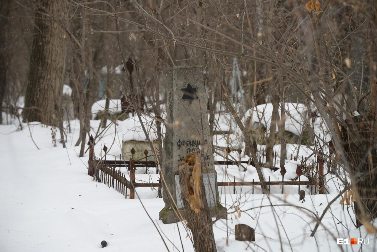 То, что осталось от еврейской части кладбища. В 70-е годы оно было разрушено, а в 90-е годы люди захотели восстановить память. Еврейская община одной из первых согласилась сделать символический перенос праха