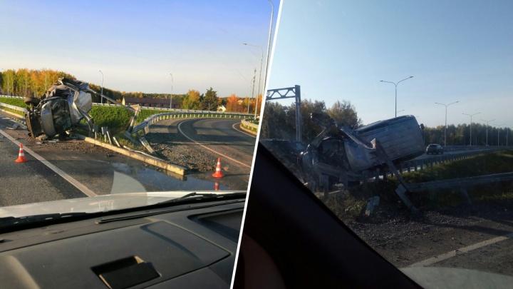 Машина превратилась в груду металла: на ТКАДе иномарка вылетела с дороги в отбойник