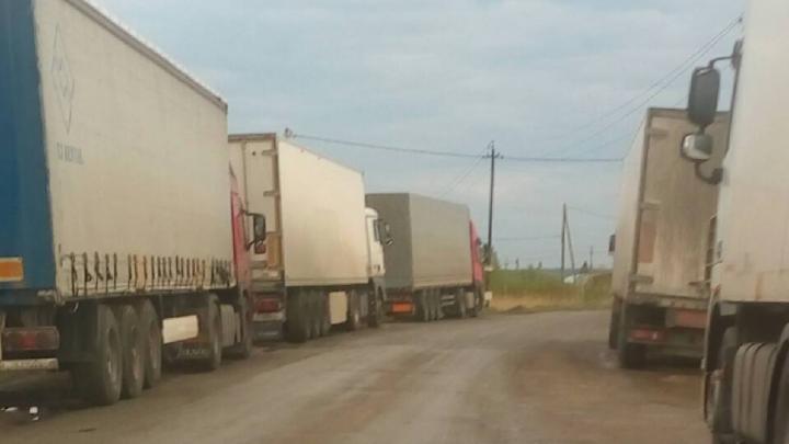 «Штрафы не спасают»: обочину оживлённой трассы под Челябинском забили грузовики