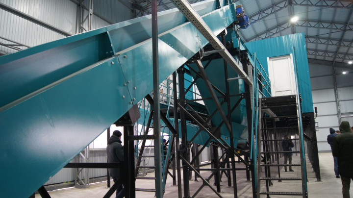 Оборудование, на котором мусор сортируется на различные фракции