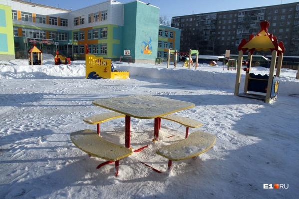 На такой стандартной детской площадке снежной горки, конечно, не хватает