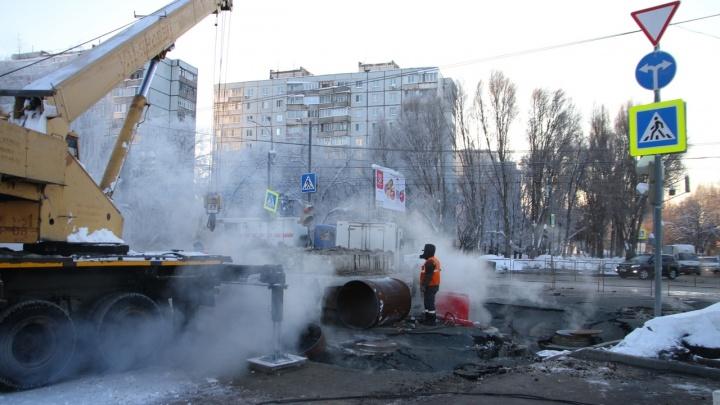 «Повсюду клубы пара»: теплоэнергетики достали изношенный кусок трубы на Стара-Загоре — Ташкентской