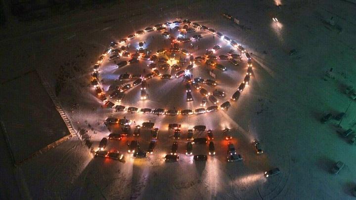 «Девушки тоже отлично паркуются»: в Волжском перед Новым годом построят огромную автомобильную елку