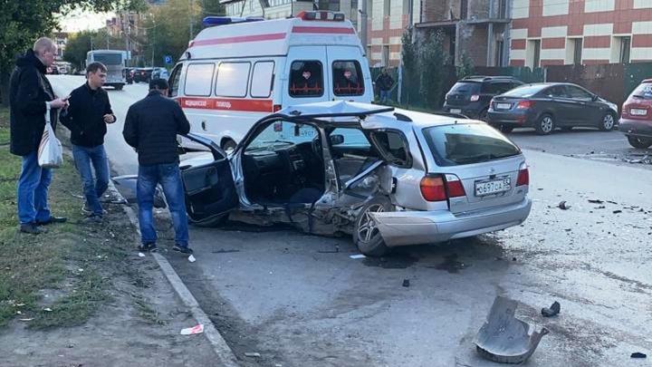 В Омске водитель «КИА» на большой скорости протаранил легковушку, не уступившую ему дорогу