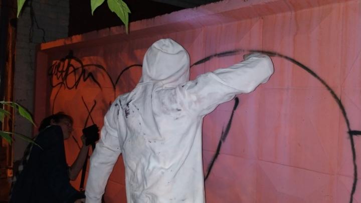 «Любые работы рано или поздно ломают»: гипсовому уличному художнику на Малышева оторвали руки