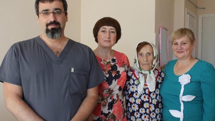 Врачи удалили из живота пожилой женщины опухоль размером с большой арбуз