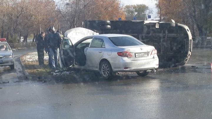 «Опять знак снесли»: на повороте на ЧМЗ в Челябинске Toyota опрокинула «Газель»