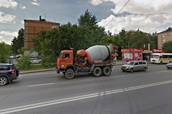 Жители краснокирпичного дома мечтают о горячей воде у кранах с августа. Ждать им её придётся как минимум до ноября этого года