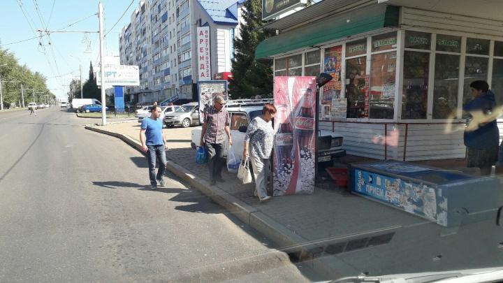 В Башкирии «семерка» протаранила остановку: пострадала женщина