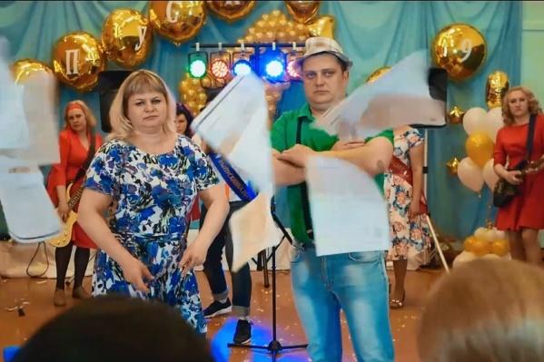 Родители рвут тетрадки, поют и веселятся