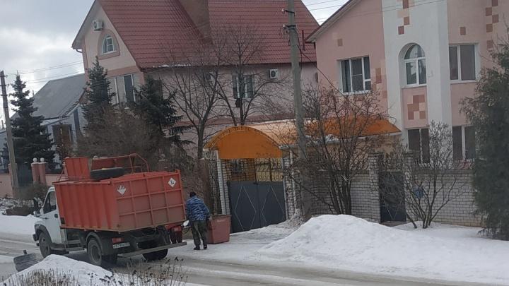 «Приедем только по субботам»: мерзнувшим на морозе городищенцам дали час в неделю на вывоз мусора