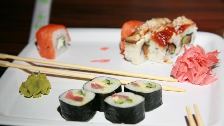 Руководителя службы доставки суши оштрафовали на 80 тысяч за отравление у клиентов