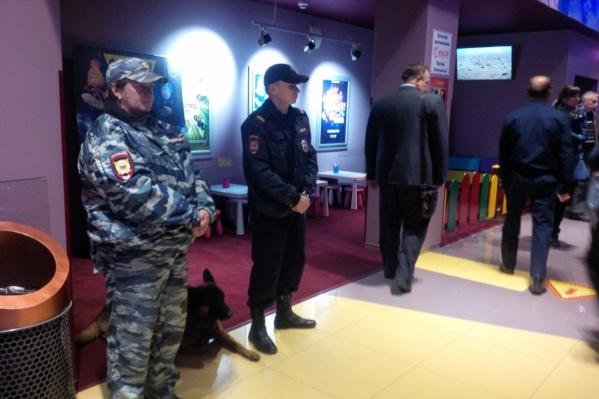 В фойе кинотеатра много полиции с собаками