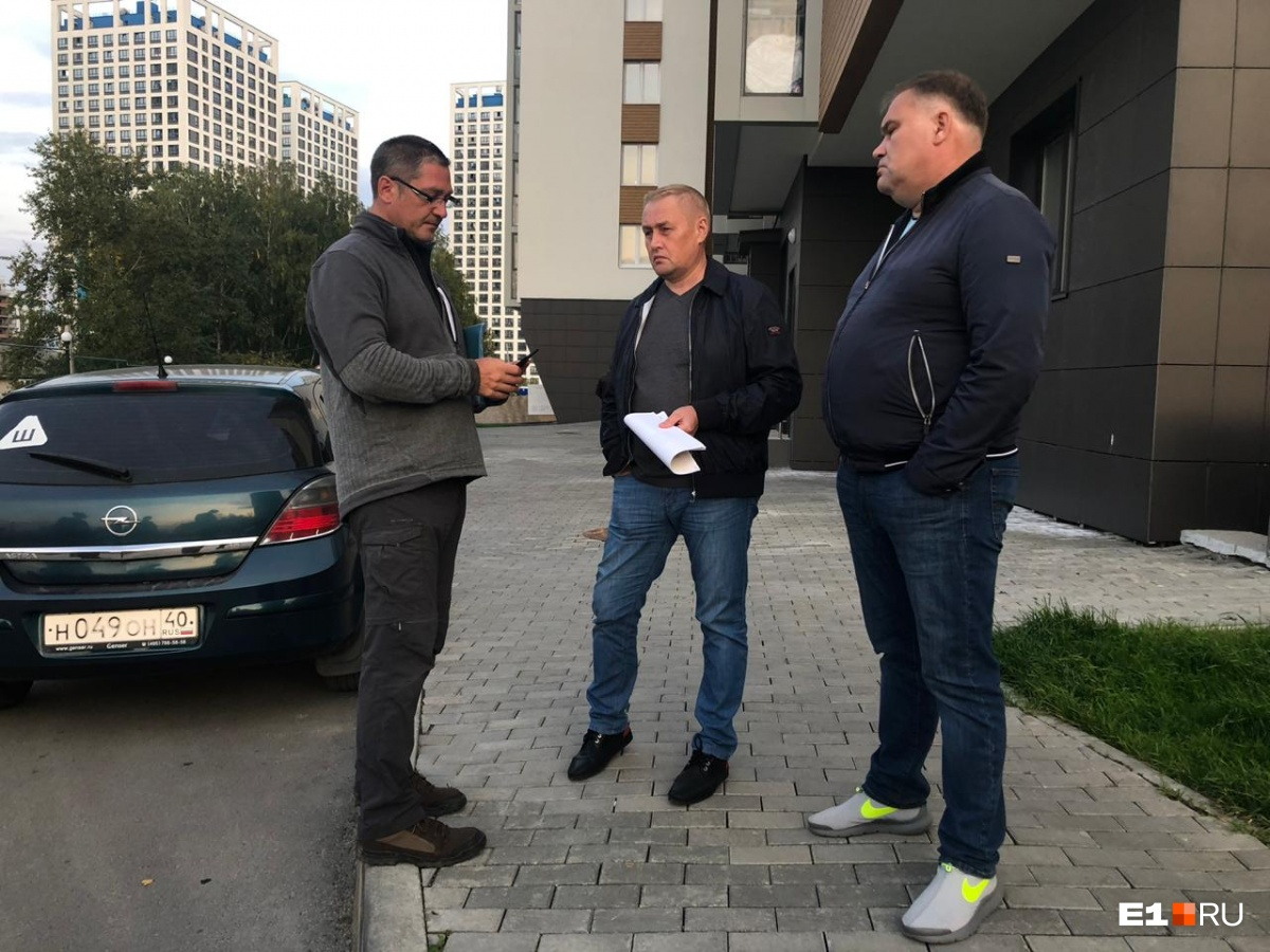 На митинг приехали депутат областной думы Андрей Альшевских и Максим Махнутин, заместитель министра строительства