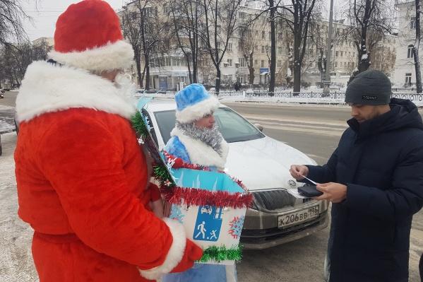 Сотрудники Госавтоинспекции нарядились в костюмы Деда Мороза и Снегурочки