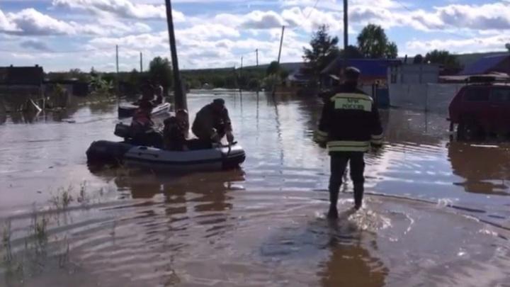Ездят на лодках по улицам: в Ивделе ливнями затопило дома и дачи