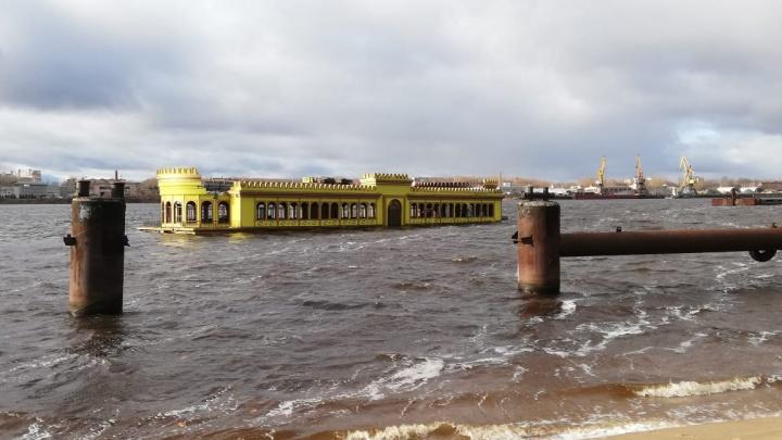 Затонувший в Ярославле ресторан-дебаркадер начали разбирать