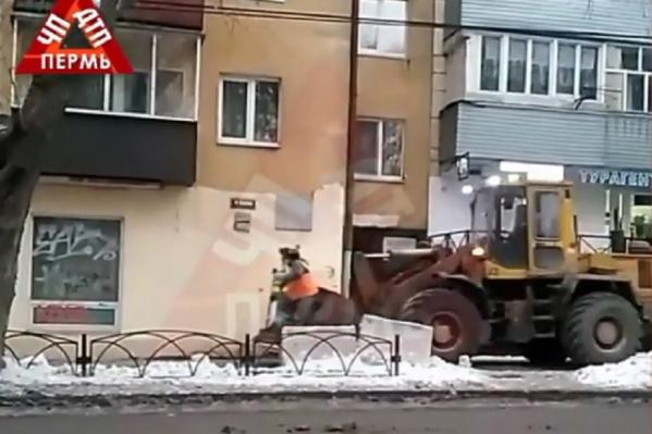 Видео сняли на улице Краснова возле парка Горького