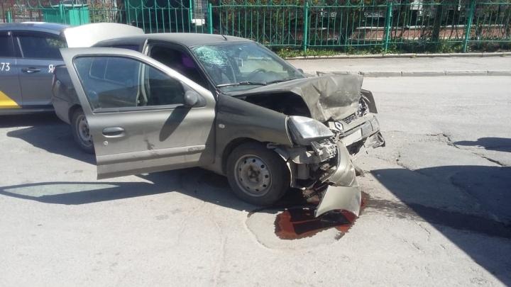 Припаркованный «Рено» отбросило на 15 метров после аварии рядом с вокзалом
