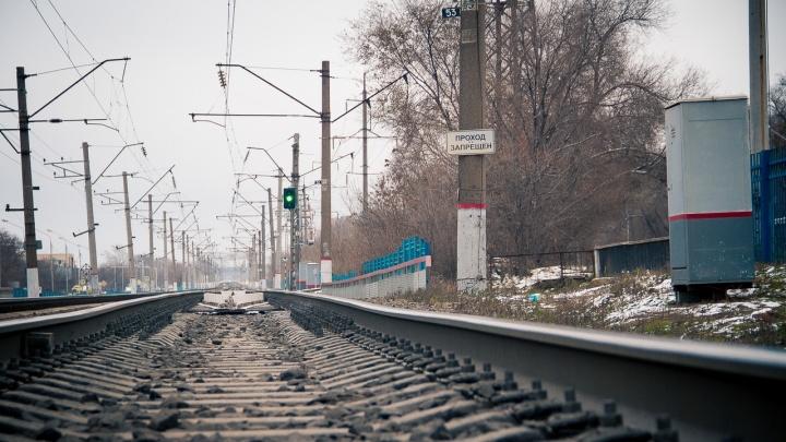 В Гуково грузовой поезд сбил мужчину, который перебегал через пути