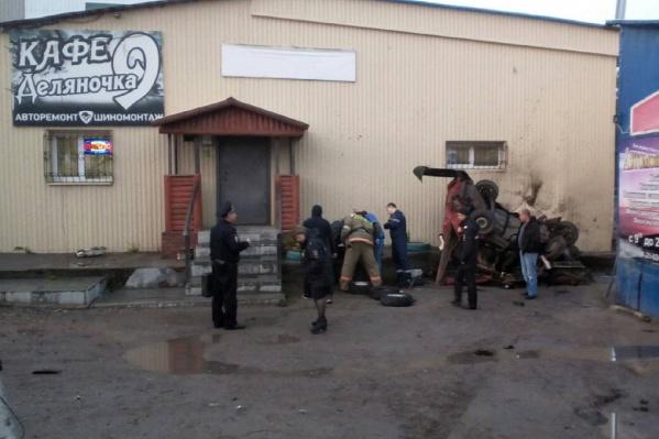 Автомобиль с подростками врезался в стену кафе в Кизеле
