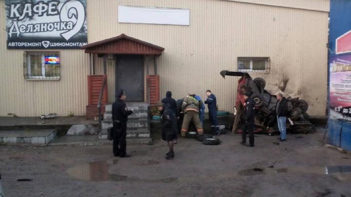 В Минздраве рассказали о состоянии подростков, врезавшихся на «девятке» в здание кафе в Кизеле