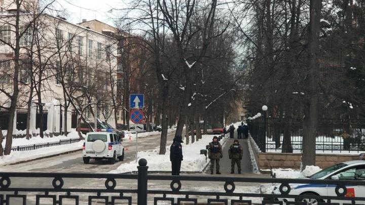 В Екатеринбурге вооруженные люди в бронежилетах взяли в оцепление штаб ЦВО